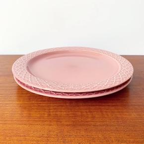 Cordial Palet middagstallerkner i lyserød fra Bing & Grøndahl.  I flot stand uden krakeleringer og i 1. sortering.   Mål: 24 cm. i diameter.   Pris: 600 kr./stk.   Afhentes i Aarhus C eller sendes godt pakket ind for 40 kr. med DAO.