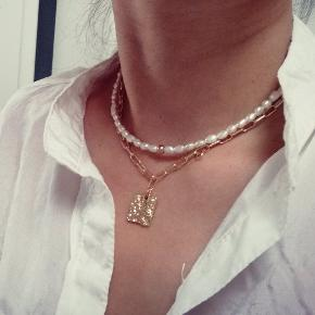 Håndlavet halskæde Materiale: smuk naturlige ferskvandsperle og glass perler i guld farve. Størrelse: justerbare  Kan sendes med Postnord som brev til 10kr på eget ansvar