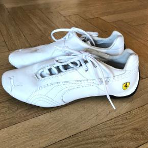 Smarte, sportye lækre hvide læder sneakers fra PUMA, edition Ferrari, med Ferrari-logo på siden. Kun brugt få gange.