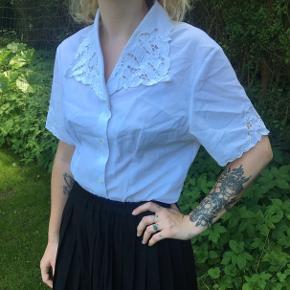 Vintage skjorte med mange flotte detaljer, både kraven og på ærmerne 🌸 kan passes af en small, måske også en medium - jeg selv er en xs og i kan se hvordan den sidder på mig på billedet!