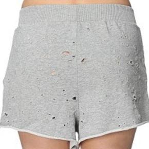 Varetype: shorts NYE Farve: Grå Oprindelig købspris: 350 kr.  Lækre shorts. Aldrig brugt. Med Tags.  Svarer til str. 38/40
