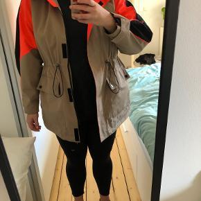 Jakke fra Vero Moda med neon detaljer. Vindtæt Kan snøres ind i taljen, som gør jakken mere flatterende.  Brugt få gange, men er i fin stand.  Befinder sig i Aalborg, men kan sendes på købers regning