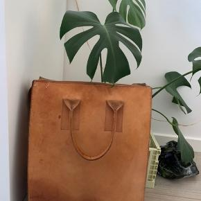 Skøn kerneleder skuldertaske med lynlås. Jeg har været rigtig glad for tasken som skoletaske.