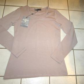 #Secondchancesummer  Lækker langærmet bluse fra Staff Nü med stræk. 95% bomuld. 5% elasthane. Ny og ubrugt.