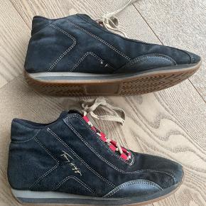 Flotte og anderledes Tommy Hilfiger sko. Har brugsspor flere steder (se billeder).  Giv et bud.