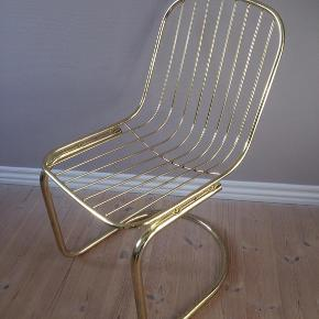Cool, italienske vintage frisvinger CIDUE stil's 70'er stole i messing krom. Super fin stand med patina, med aftagelige sædehynder i sort kunstlæder. Fantastisk siddekomfort, passer til både retrostil og moderne indretning. Hitter i boligbladene lige nu.Sælger 2 stk. Pris pr stk 600,-... gerne mobilpay eller kontant ved afhentning.