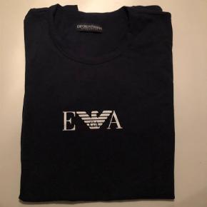 Varetype: T-shirt Farve: Mørkeblå Oprindelig købspris: 350 kr.  Super fede t-shirt i lækker blød kvalitet med stræk i. Den er str. M (lidt lille i str.)    Kun brugt vasket 1 gang, fejler intet.        Bytter ikke og prisen er fast