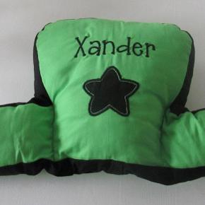"""Barnevognspude Grøn og sort Med navnet """"Xander"""" broderet på. Navnet kan fjernes eller man kan bruge bagsiden, som bare er grøn. Brugt få gange. Pris: 80 kr. eller kom med et bud  Porto:  60 kr. som brev med PostNord  37 kr. som pakke med DAO  39 kr. som pakke med GLS 50 kr. som pakke med PostNord"""