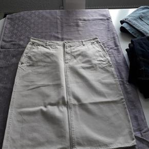 Varetype: nederdel Størrelse: 44 Farve: Beige Oprindelig købspris: 970 kr.  Klassisk Denimnederdel (lærred?) i den perfekte pasform. kvalitet fornægter sig ikke. Nederdelen er ny uden Tag (jeg havde en magen til som jeg har brugt) Mål incl bevægelsesfrihed: Linning 90 Cm Hofte ved lynlås afslutning (15 Cm) 110 Cm Længde incl 4 Cm linning 66 Cm Slids Bag 26 Cm Omkreds i bunden 112 Cm Materialet er 100 % Bomuld