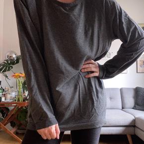 Sweater i lækkert, let materiale fra Carhartt. Den er oversized i snittet. Kan prøves og afhentes på Frederiksberg. Hvis den skal sendes, betaler køber porto. Jeg bytter ikke!  Se også mine andre annoncer, hvor der er masser af sko og tøj til gode priser. :)