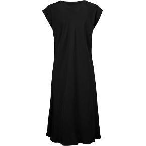 Masai Una kjole i sort, glat 100% viskose, fast stof.  Bias model, hvor stoffet er skåret på skrå, så den smyger sig flot om kroppen. Klæder stort set alle kropstyper.  Højst brugt et par gange og fremstår fuldstændig som ny.   Bryst: 66 cm Længde: 124 cm   Fra hjem uden tobaksrøg el. husdyr.
