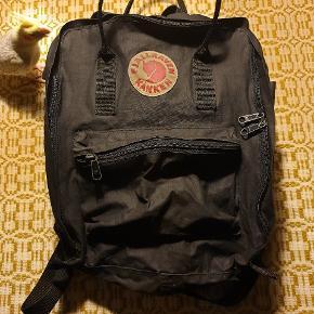 Nyvasket Fjällräven taske. Det er en ældre model og har derfor lidt brugsspor, men har stadig mange gode år endnu. Der er plads til ting med A4 str. Kunne eventuelt bruge lidt stearin på lynlåsen, da den er lidt stram. Fugl ikke til salg.. 😅