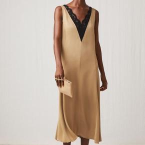 Smukkeste satin kjole fra Arket. OBS, min er sort!