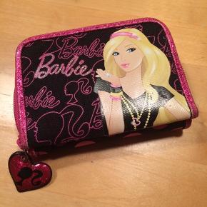 sælger denne flotte Barbie pung. Rum til kort, sedler og mønter. Plads til et billedet af sin bedste ven. Kommer fra et ikke ryger hjem. Kan afhentes i 2990 Nivå eller sende mod betaling