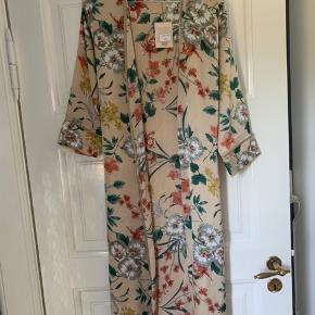 Helt ny kimono. Med bindebånd.