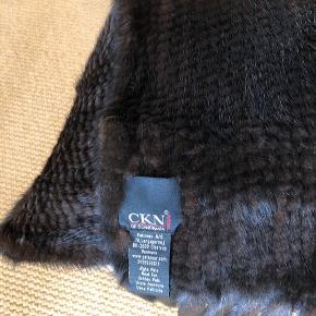 Meget flot mink tørklæde mørkebrunt - Mahogan . Aldrig brugt. 40 x 180 x 15 cm   Har stadig kvittering for tørklædet  .   Køber betaler Porto med 45 kr.