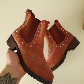 Et par super fine Sofie Schnoor støvler i ruskind. Brugt en enkelt gang. Så fremstår derfor som nye. Cond 9.5/10. Desværre intet OG  Skriv endelig for flere billeder eller for mere info :-)