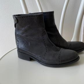 Brugt to gange da de ikke passer min fod. Virkelig smukke mørkegrå/sorte.  Nypris var omkring 1200-1400,-