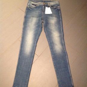 Lækre cowboy jeans fra DAY Birger et Mikkelsen. Str 27 - super flot slim model. Nye og ubrugte - stadig med tags. Butikspris 1500,-