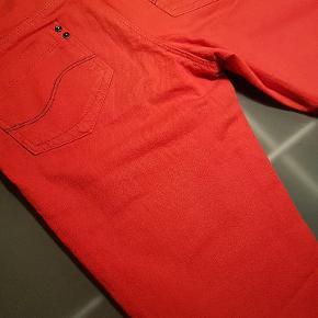 Knald røde lækre Lee jeans, med smal ben. Nye, aldrig brugt.