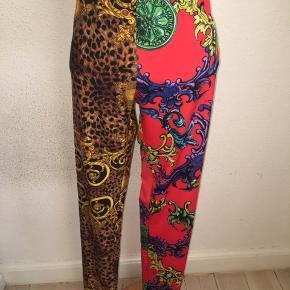 Versace jeans couture leggings i størrelse 42 med logo elastik i livet.