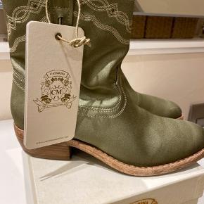Super flotte kvalitets støvlet i lysegrøn satin.  Støvlen er lysere i virkeligheden end på foto. Sælger kun til den angivne pris og i original kasse. De sidste 2 foto illustrerer farven bedst.  Bytter ikke.