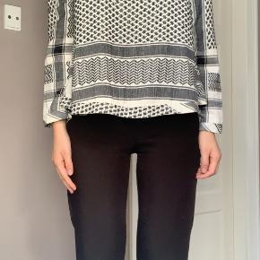 Jeg sælger denne Cecilie Copenhagen bluse i sort/hvid. Blusen er brugt, hvilket et enkelt sted kan ses (se vedhæftet billede). Det er en super lækker trøje i 100% bomuld.