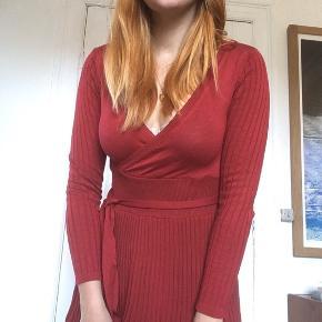 Fin rød kjole med bindebånd og plisseret skørt, kun brugt et par gange!