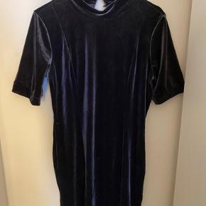 Velour kjole. Str Xl, kan dog bruges af m-xl, alt efter hvor tæt man vil have den skal siddee