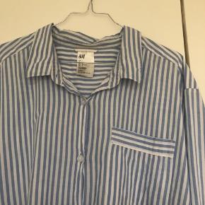 Virkelig fin blå og hvid stribet natskjorte fra H&M i str. L. Brugt, men fortsat i pæn stand. Nypris 250kr