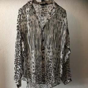 Smuk skjorte/cardigan fra Topshop i str.36. Kan udemærket bruges af en 38 og 40 afhængig af hvor løs man vil have skjorten😊 Den er brugt!  60kr, eller byd! Aarhus