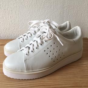Hvide sneakers fra MANGO i str. 37. Aldrig brugt.  150 inkl!