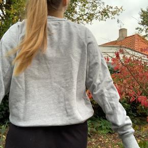 Sælger denne sweater da jeg desværre ikke får den brugt mere. Størrelsen kan ikke ses i trøjen, men den fitter en xs/s