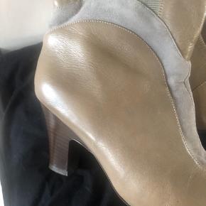 Fine langskaftede støvler, elastik i siderne og mange fine detaljer. God hælhøjde. Perfekt efterårsstøvle. Virkelig god stand, næsten ikke brugt. 400 inkl.