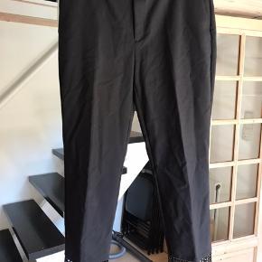 Sælger disse Zara Basic bukser.  Billede 1 sorte m. lommer i siden og en fin detalje forneden på bukserne. 57% bomuld, 40% polyester, 3% elastan Billede 2 blå m. lommer i siden og lynlås lukning i siden. 80% polyester, 20% elastan.