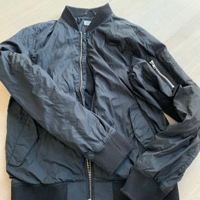 Sælger denne h og m jakke *kommer fra ikke ryger hjem