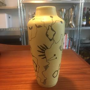 Hånddekoreret Germany vase i flot gul farve. Lille afslag under bund se billede. Højde ca 31cm