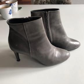#Secondchancesummer.  Fede støvletter med lynlås i siden,  i glat skind i koksgrå.  De er brugt og har deraf patina på skindet, (burde kunne pudses væk med læderfedt),  men har ingen skader i skindet eller på hælene.