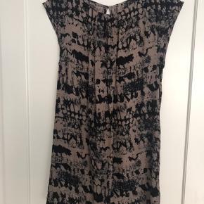 Kjole/tunika i 100% silke - slids i ryggen, lukkes med knap i nakke. Flot mønster brun/sort/blå - flot farvekombination. Jeg har skjorte og bukser i samme mønster til salg - kan bruges som kjole eller tunika med bukser under fx - se evt mine andre annoncer