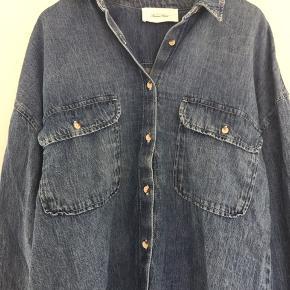 Helt nu blød denim skjorte stylenavn Lazy i str M/L som kun er prøvet på. Ny pris 999,- købt ved Maggies Gemakker.  Køber betaler fragt. Se venligst mine andre annoncer 🌸  BYTTER IKKE!!!
