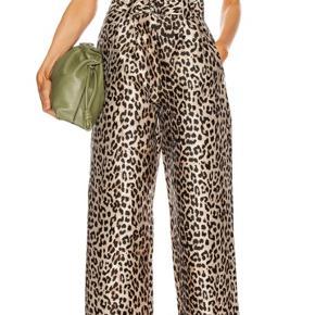 Helt nye og med prismærke!!  De fineste leopardbukser fra Gannis nyeste kollektion - sælges stadig som en nyhed i butikken!  De kan masses af xs-s