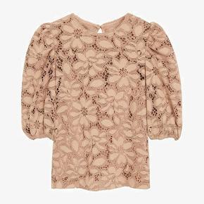 Mega smuk blomstret bluse fra Mango.  Model: KATRI  72% polyester, 28% viskose