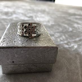 Ny super flot ring med blomst tykt forsølvet nikkel frit  Str 53