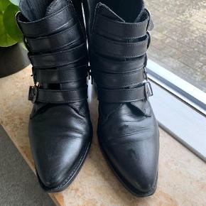 Varetype: Støvletter Farve: Sort Prisen angivet er inklusiv forsendelse.  Super fin støvle i læder BYD gerne