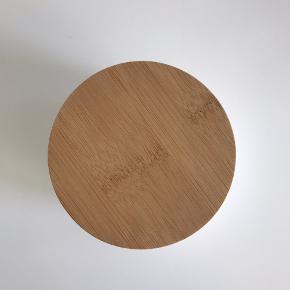 Lille skål med trælåg.  Diameter på 10,5 cm.   Kan afhentes i Aarhus C.