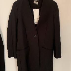 """Sælger denne super fede By Malene Birger frakke med """"blazer look"""" i super kvalitet. Kan pyntes op og ned.. Den er aldrig brugt og sælges da jeg ikke kan passe den :-)"""