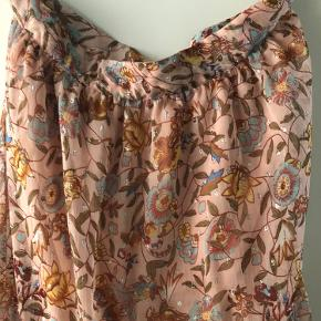 Helt ny Vila nederdel , højtaljede og super fin på.