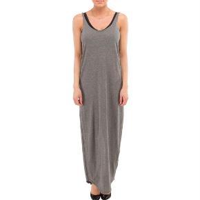 Brand: Samsøe Samsøe Varetype: Lang kjole Størrelse: XS/s/m Farve: Grå Oprindelig købspris: 700 kr.  Lang kjole fra Samsøe. Det er en str xs men den svarer mere til en medium, da det er det, jeg plejer at bruge. Den er oversize og kan bruges af både xs-medium.   100% bomuld  Bytter ikke!