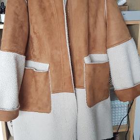 Smuk frakke i imiteret ruskind og imiteret rulam. Aldrig brugt str m