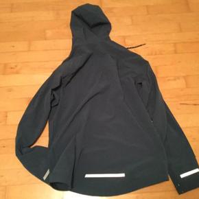 Lækker jakke fra det fed mærke Pearl Izumi  Købspris 1200 Sælges for 400  Str M Fitter normalt.  Så mange lækre detaljer.